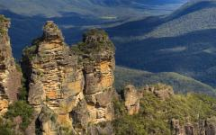 the three sisters rock formation in the blue moutains katoomba