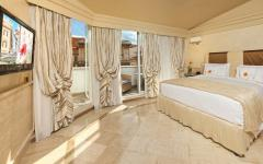 Hotel Room with Balcony View of Fontana del Tritone at Hotel Barocco. Photo Credit: Hotel Barocco